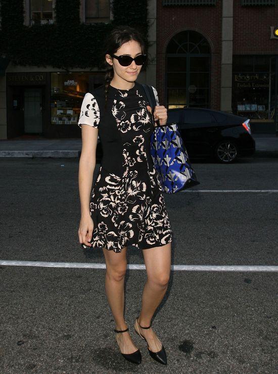 Emmy Rossum w czarno-białej sukience