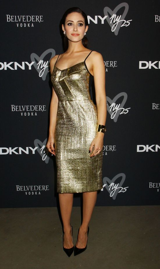 Emmy Rossum w złotej sukience DKNY resort 2014