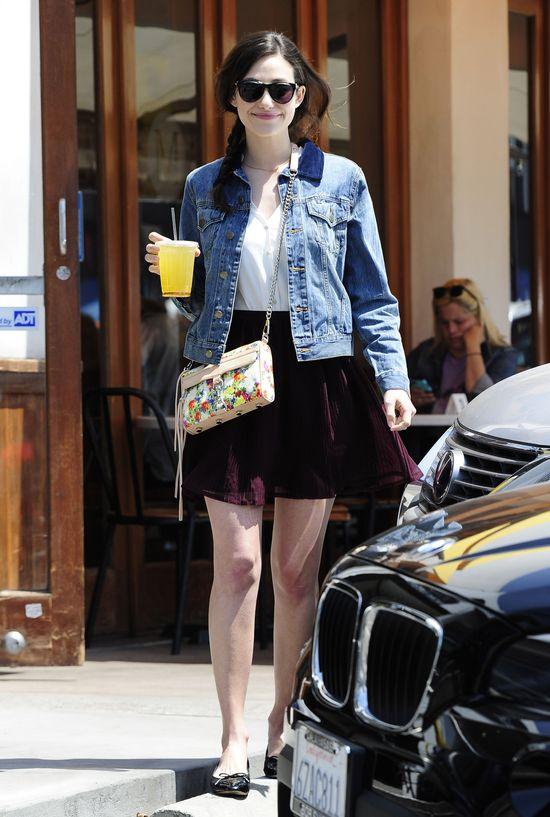 Emmy Rossum stawia na jeans i kwiatowe dodatki (FOTO)