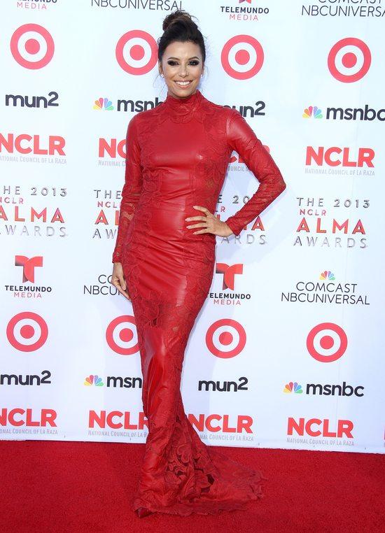 Eva Longoria w skórzanej czerwonej sukni