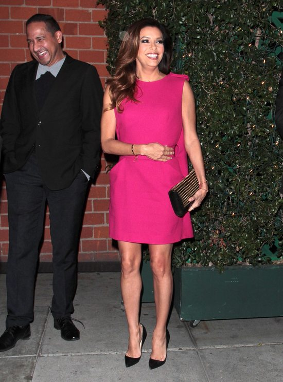 Eva Longoria w sukience w najmodniejszym odcieniu tego roku