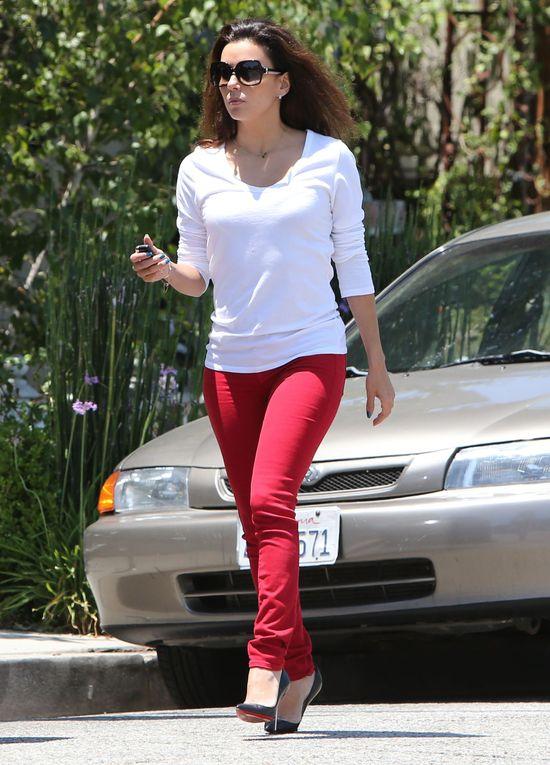 Eva Longoria w czerwonych spodniach