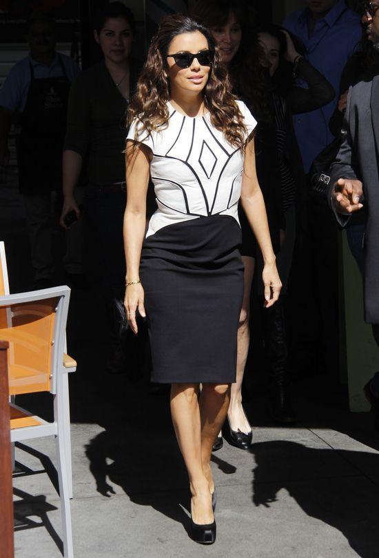Eva Longoria w biało-czarnej sukience