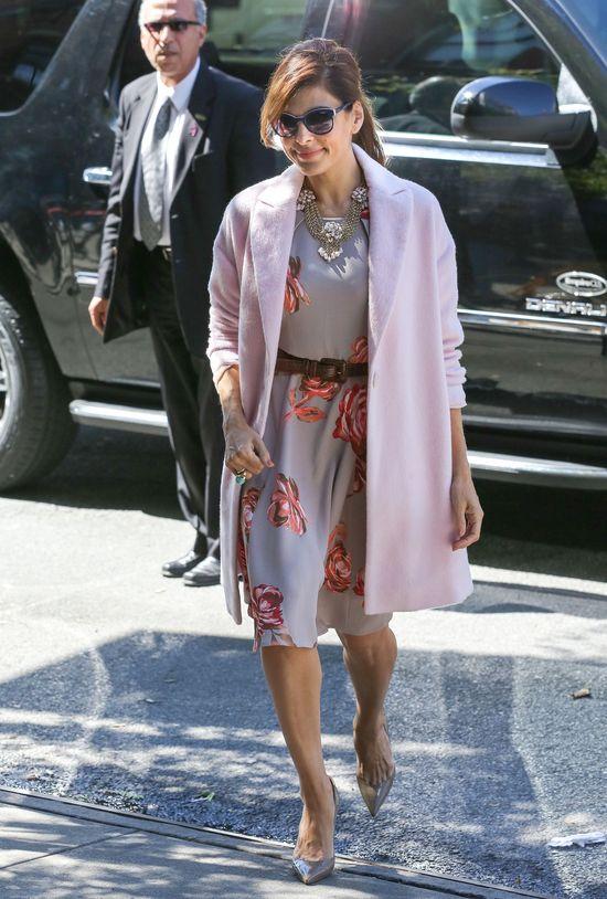 Eva Mendes w kwiecistej sukience i różowym płaszczu