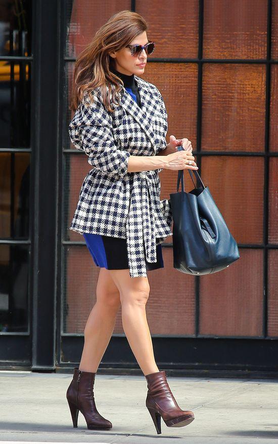 Eva Mendes w krótkim płaszczu
