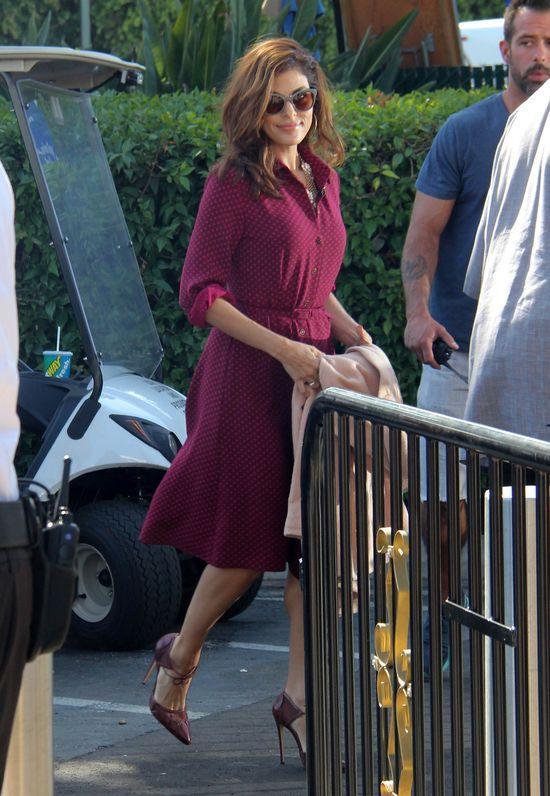 Eva Mendes w bordowej sukience (FOTO)