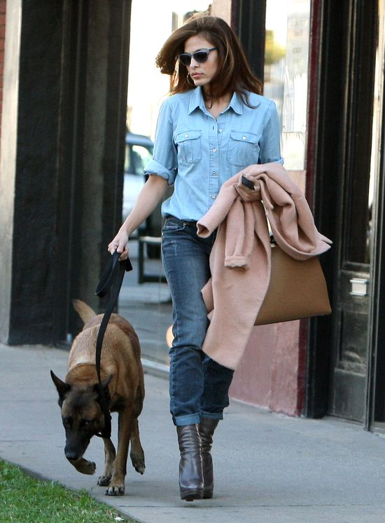 Eva Mendes w jeasnowej stylizacji