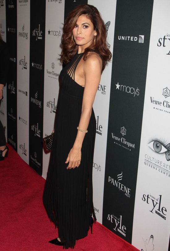 Eva Mendes w czarnej sukience (FOTO)