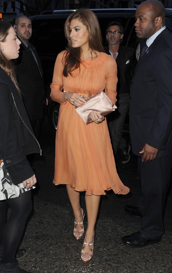 Eva Mendes w pomarańczowej sukience
