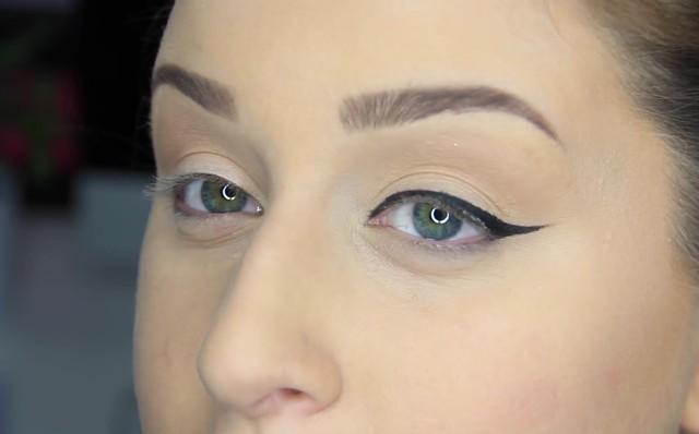 jak namalować kreskę eyelinerem