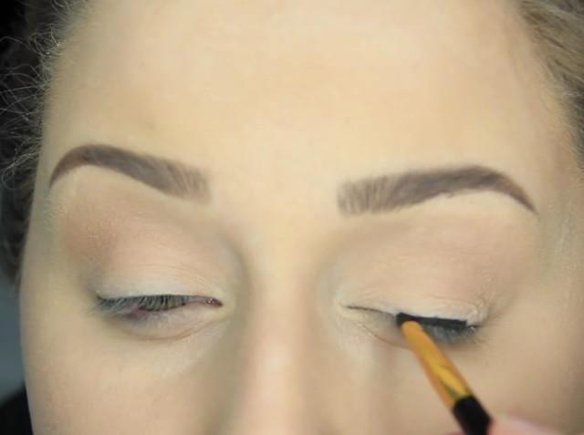 Jak namalować kreskę eyelinerem na górnej powiece?