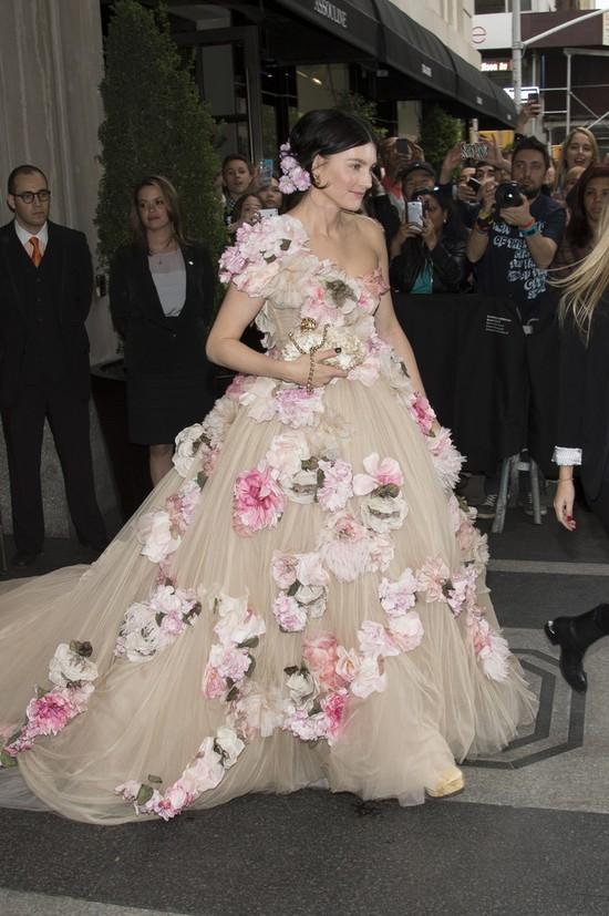Ostentacyjne, rozkloszowane suknie na gali MET 2014