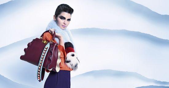 Kendall Jenner w najnowszej kampanii Fendi wygląda jak... Kris Jenner?