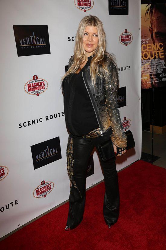 Elegancka Fergie w ciążowej stylizacji (FOTO)