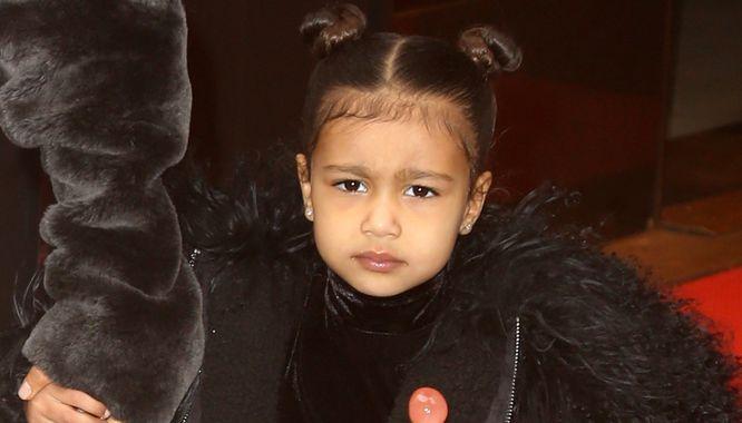 North West to jedna z najmłodszych trendsetterek na świecie. Córeczka Kim Kardashian i Kanye Westa praktycznie od urodzenia wyznacza trendy, nie tylko w kwestii ubioru, ale również w kwestii m.in. uczesania.