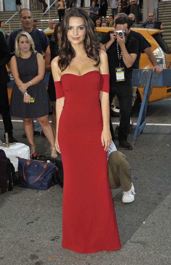 Emily Ratajkowski na imprezie w czerwonej sukni (FOTO)