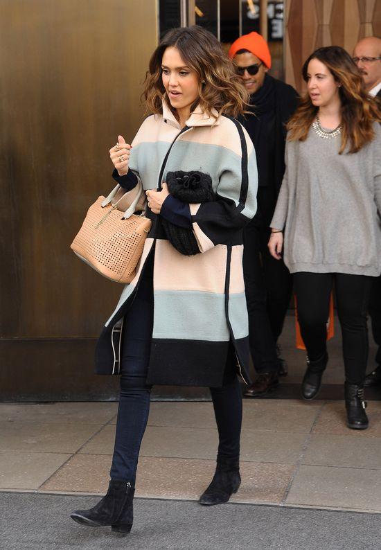 Jessica Alba w pastelowym płaszczu i błękitnych szpilkach