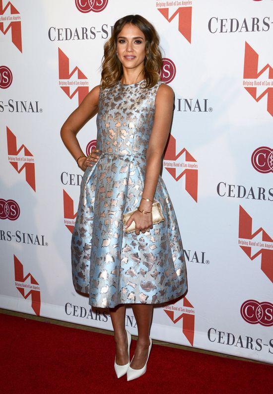 Jessica Alba w rozkloszowanej sukience od Mary Katrantzou