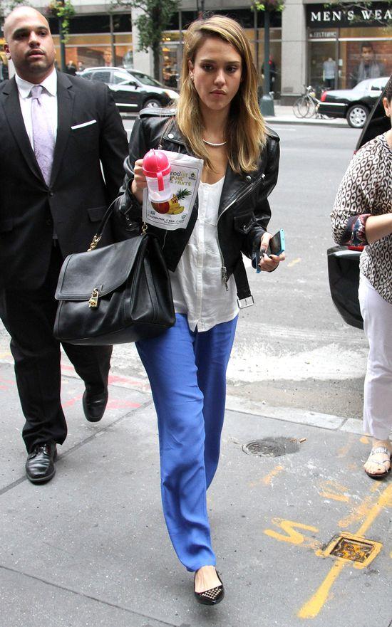 Jessica Alba w czarnej ramonesce (FOTO)