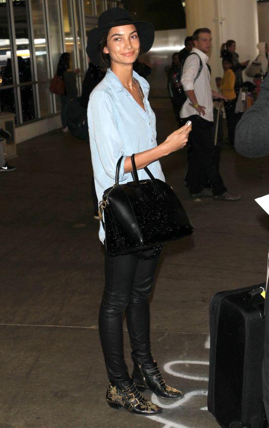 Aniołek Victoria's Secret bez makijażu na lotnisku (FOTO)