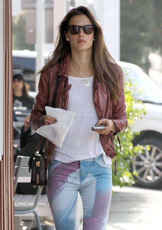 Alessandra Ambrosio w kolorowych spodniach Hudson