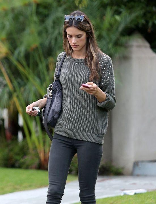 Alessandra Amborio w swetrze z ćwiekami (FOTO)