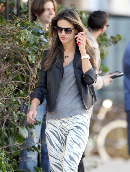 Alessandra Ambrosio w spodniach w zeberkę (FOTO)