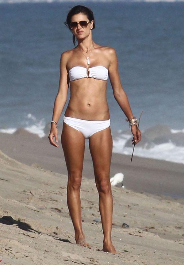 Alessandra Ambrosio niczym bogini na plaży w Malibu (FOTO)