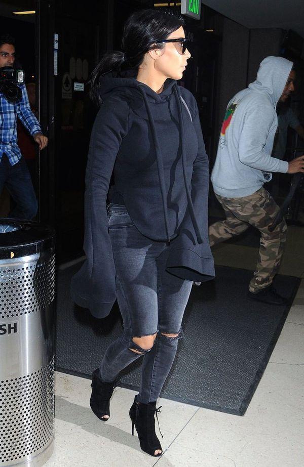 Kim nie przewidziała, że będzie musiała zdjąć buty...