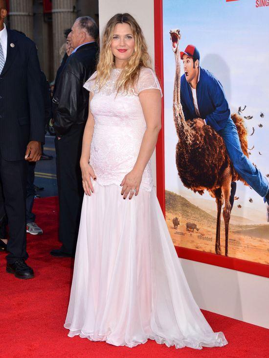 Drew Barrymore w bieli miesiąc po porodzie (FOTO)