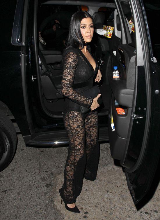 Khloe i Kourtney Kardashian kuszą w czerni (FOTO)