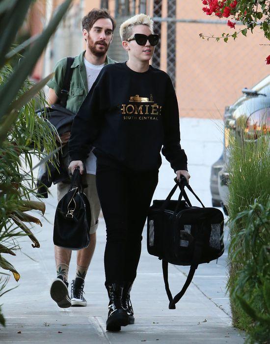 Miley Cyrus cała w czerni