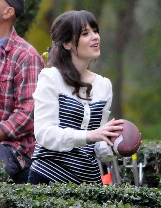 Zooey Deschanel na planie serialu New Girl (FOTO)