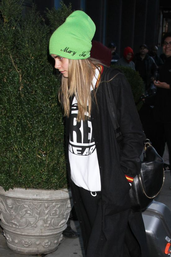 Cara Delevigne z dresie Married to the Mob i zielonej czapie