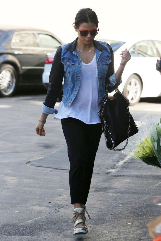 Jenna Dewan w sneakersach i jeansowej kurtce (FOTO)