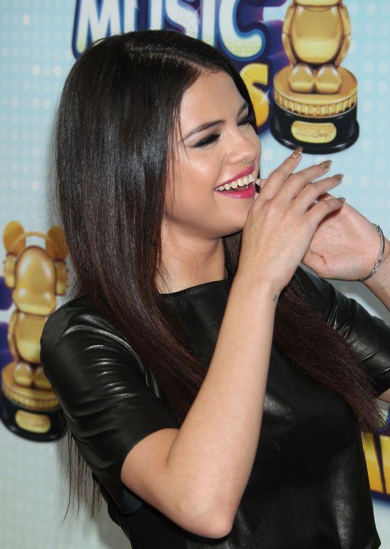 Selena Gomez postawiła na biel i czerń (FOTO)