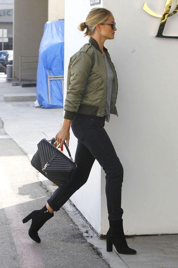 Rosie Huntington-Whiteley też nosi kurtkę bomber (FOTO)