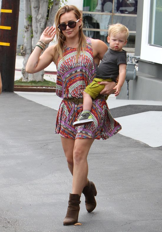 Hilary Duff w kolorowej sukience Mara Hoffman (FOTO)