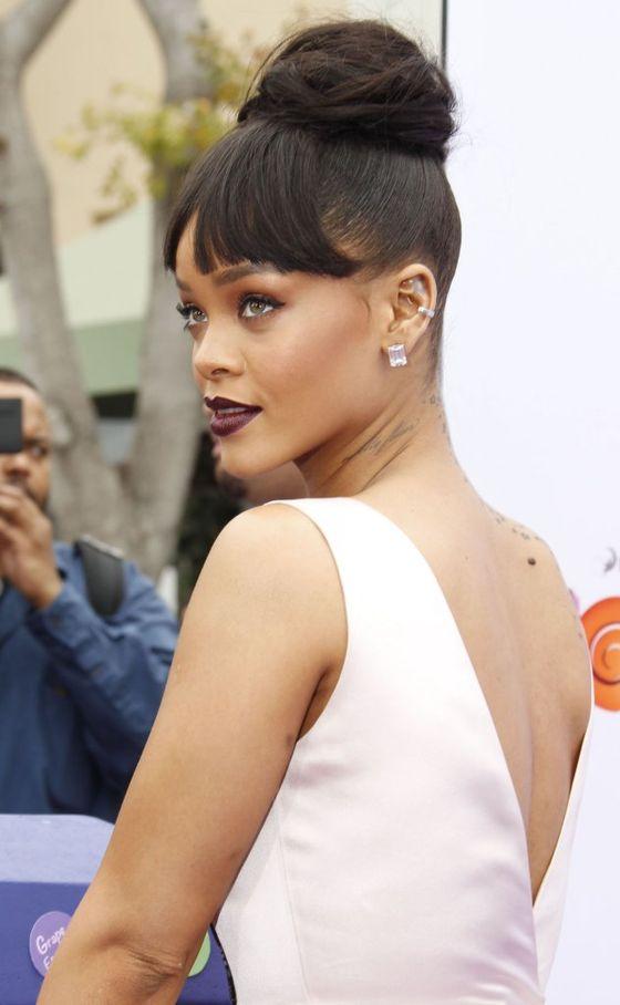 Rihanna w grzywce i koszmarnej sukience (FOTO)