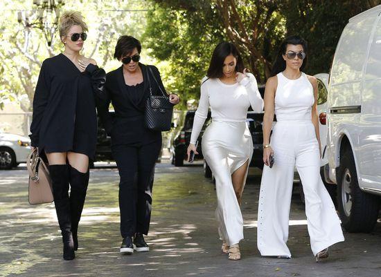 Kim i Kourtney Kardashian w białych kreacjach - która wygląła lepiej?