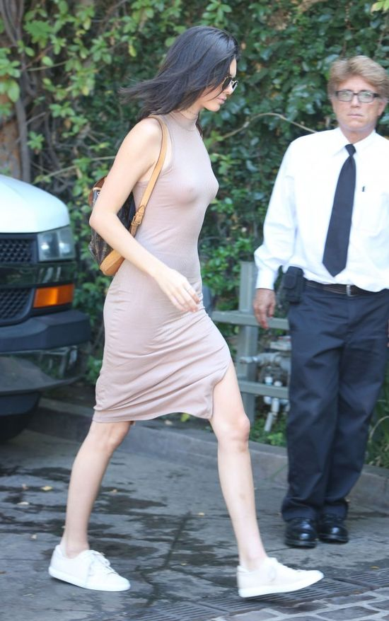 Kendall Jenner znowu bez stanika! (FOTO)