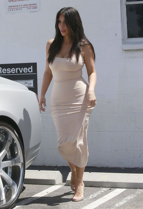 Kim Kardashian chwali się talią osy! (FOTO)