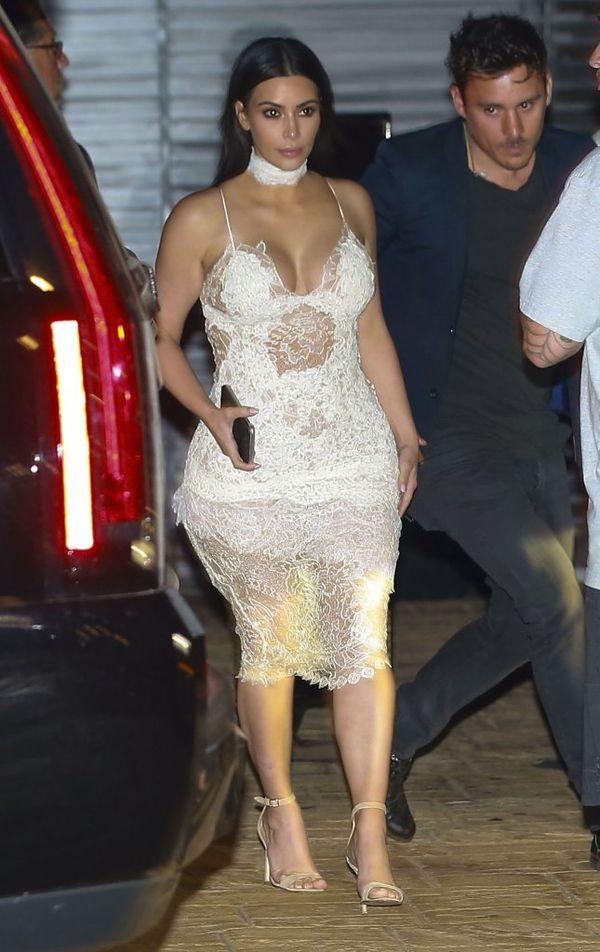 Kim Kardashian w przezroczystej białej koronkowej sukience