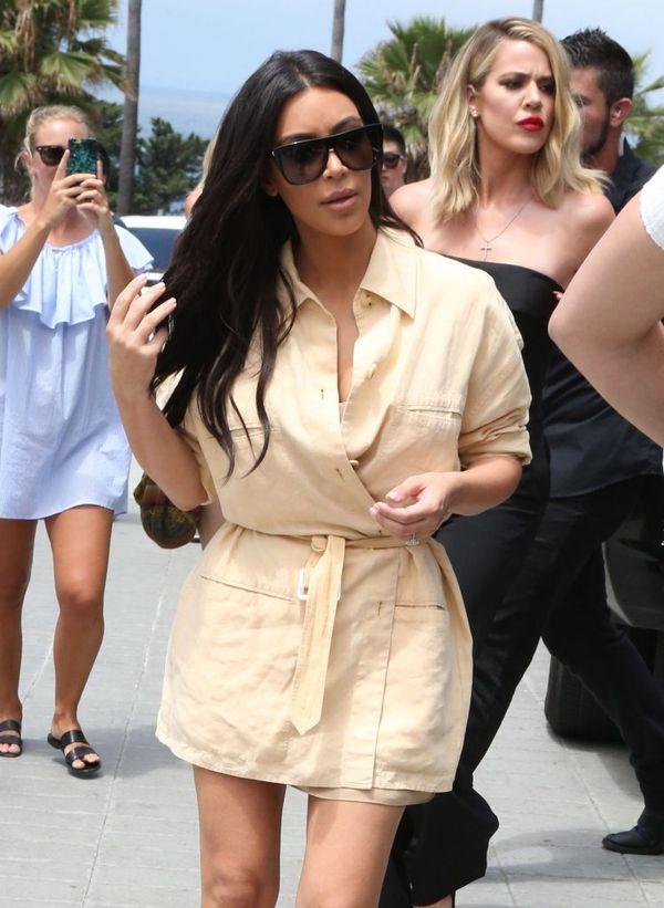 Kim Kardashian zachwyca w beżowej mini (FOTO)