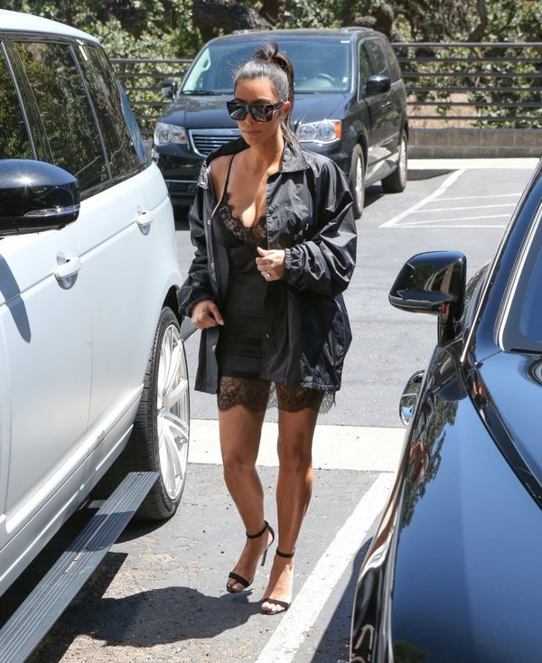 Kim Kardashian wyszła na miasto w seksownej koszuli nocnej?
