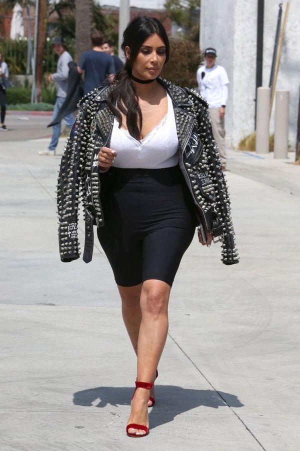 Kim Kardashian wyszła z domu w spanxach?! (FOTO)