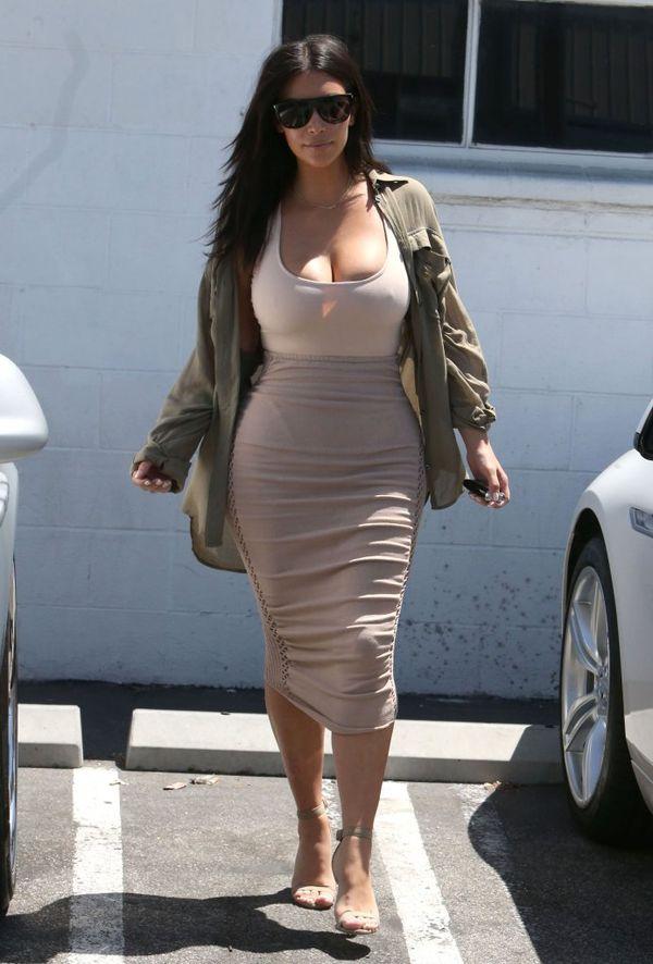Szczuplutka (?) Kim Kardashian chwali się nowym ciałem (FOTO)