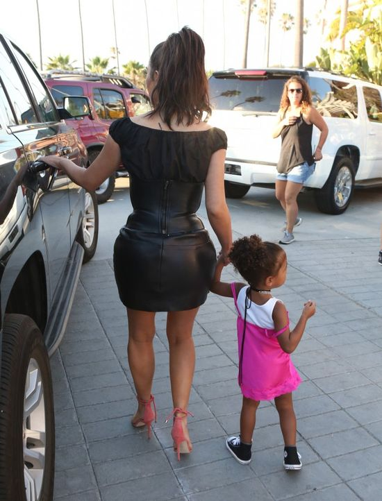 Kim Kardashian w ekstremalnej skórzanej mini (FOTO)