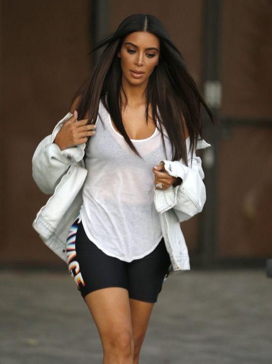 Kim Kardashian przedłużyła włosy i chwali się pupą w legginsach