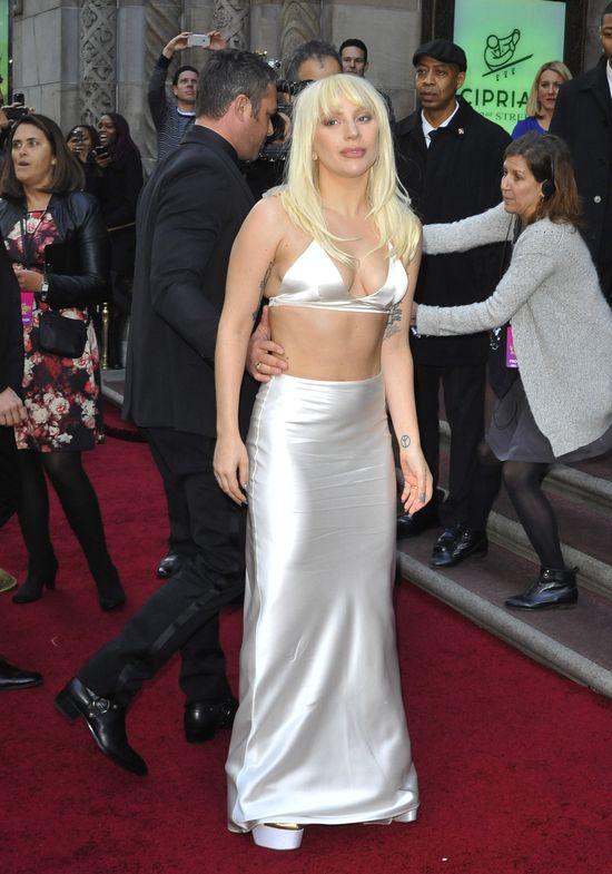 Lady Gaga zmasakrowała swój biust (FOTO)